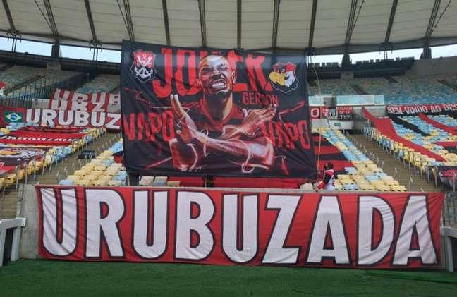 A bandeira exposta pela torcida do Flamengo no Maracanã em homenagem ao meia Gerson (Foto: Reprodução)