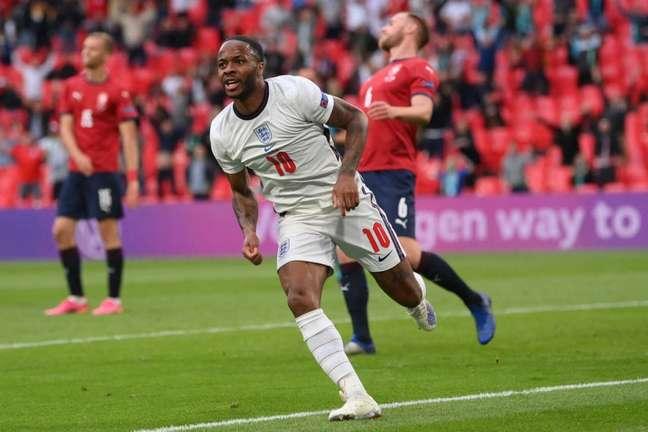 Sterling é o único jogador inglês que balançou as redes até aqui na Eurocopa (Foto: LAURENCE GRIFFITHS/POOL/AFP)