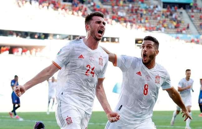 Aymeric Laporte (à esq.) comemora com Koke após marcar o segundo gol da vitória da Espanha sobre a Eslováquia 23/06/2021 Pool via REUTERS/Marcelo Del Pozo