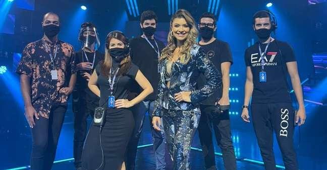 O diretor Felipe Pontes (à esquerda) e a apresentadora Amanda Françozo (ao centro) com parte da equipe do reality musical