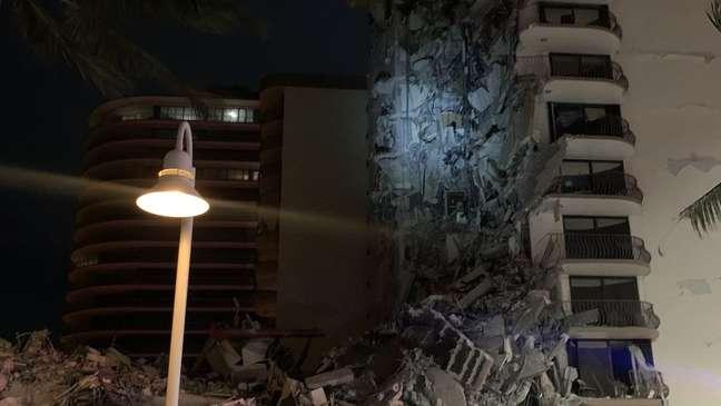 A polícia de Miami Beach tuitou uma foto do prédio desabado