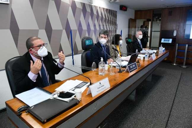 Pedro Hallal e Jurema Werneck na mesa com Randolfe Rodrigues e Renan Calheiros