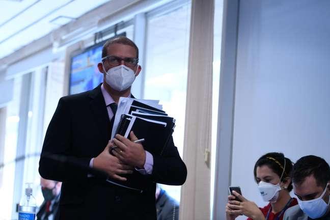Depoente Pedro Hallal chega à sala da CPI para o início da reunião
