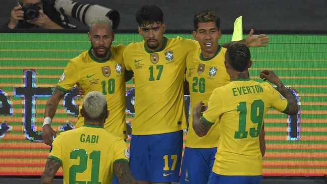 Jogadores comemoram o gol marcado por Roberto Firmino. Bola bateu em Pitana e depois deu início à jogada de Renan Lodi para o empate brasileiro (MAURO PIMENTEL / AFP