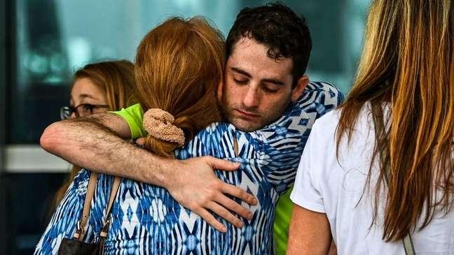 Operação de resgate busca sobreviventes nos escombros de um edifício residencial de 12 andares que desabou parcialmente em Miami-Dade