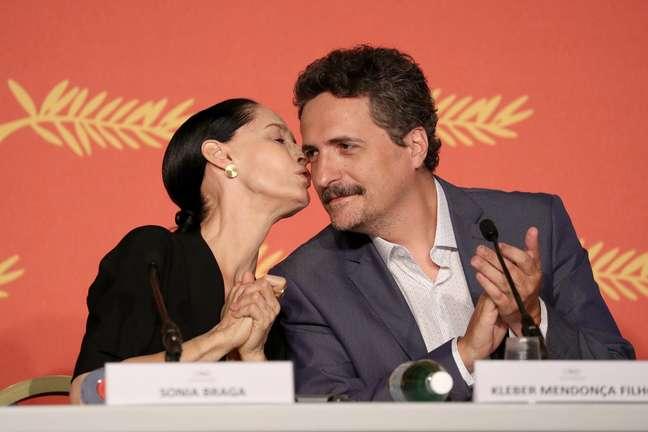 """Sonia Braga e Kléber Mendonça na coletiva de """"Aquarius"""" em Cannes (2016)"""
