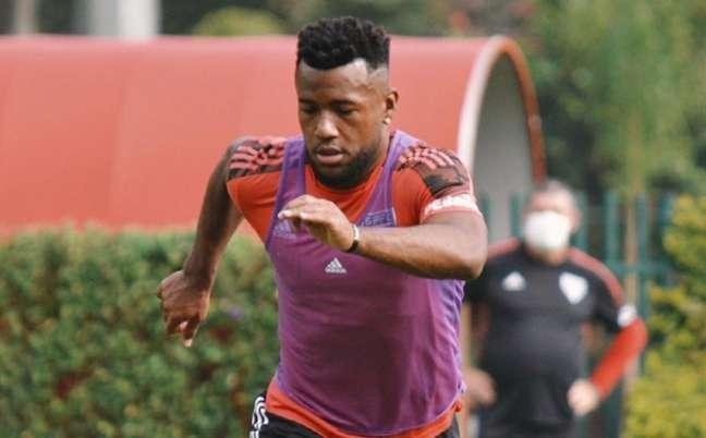 Luan durante treino do São Paulo no CT da Barra Funda; ele deverá voltar ao time contra o Fortaleza (Foto: Erico Leonan / saopaulofc)