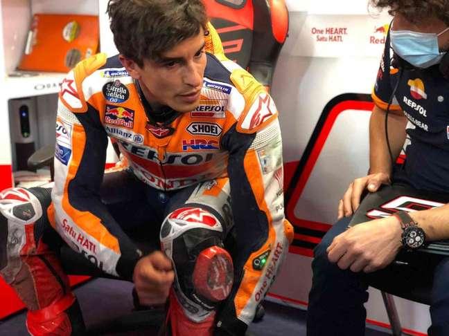 Marc Márquez apareceu nos boxes da Honda com o macacão apresentando as marcas do acidente