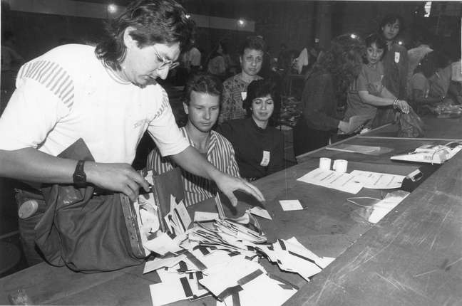 Abertura de urna durante apuração dos votos do primeiro turno das eleições para o governo do Estado de São Paulo de 1990