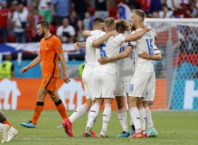 Jogadores da seleção checa comemoram durante vitória que eliminou a Holanda da Eurocopa
