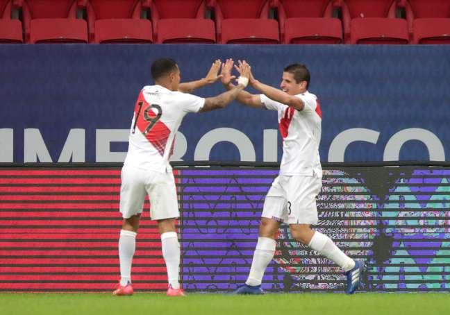 Jogadores do Peru celebram gol em partida pela Copa América