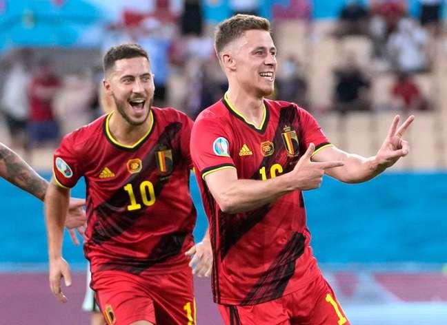 Eden Hazard (à esq.) comemora o gol marcado pelo irmão, Thorgan, na vitória da Bélgica sobre Portugal 27/06/2021 Pool via REUTERS/Thanassis Stavrakis