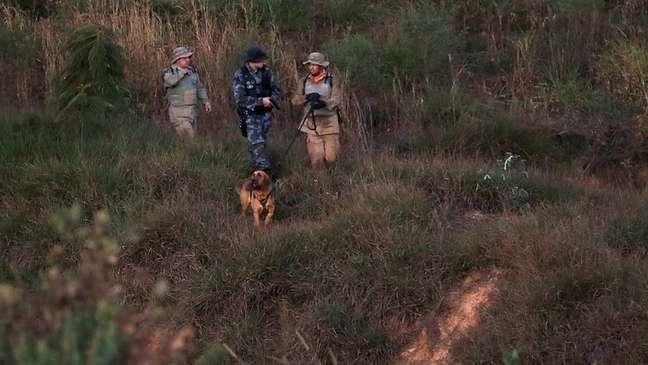 Policiais durante busca a Lázaro em mata em Goiás