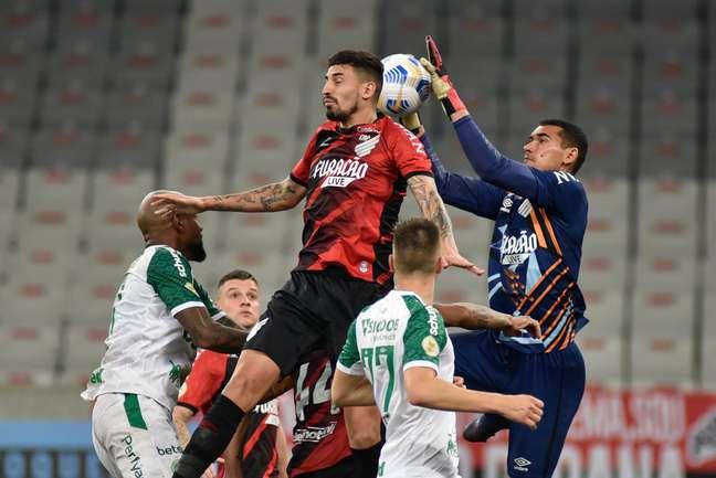 Disputa de bola durante partida entre Athletico-PR e Chapecoense