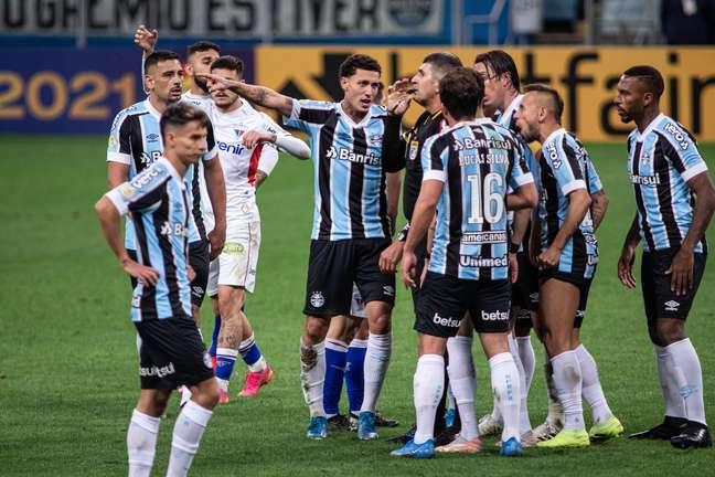 Jogadores do Grêmio discutem com o árbitro durante partida contra o Fortaleza