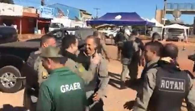 Policiais comemoram após capturar Lázaro