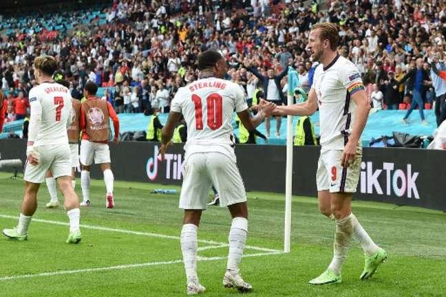 Kane, autor do segundo gol da Inglaterra, celebra com Sterling no estádio de Wembley (Foto: ANDY RAIN / POOL / AFP)