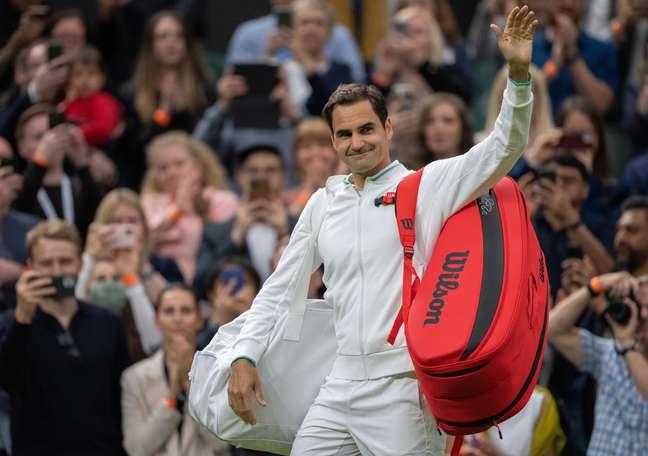 Roger Federer acena para o público após a sofrida vitória conquistada na estreia