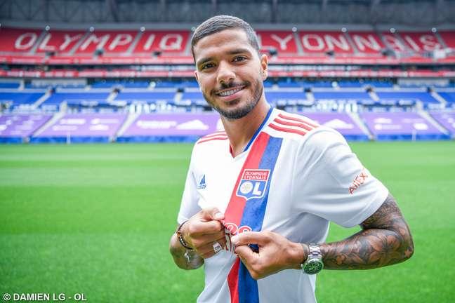 Henrique exibe o uniforme que passará a defender no futebol europeu