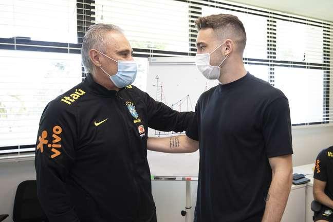 Tite recepciona Léo Ortiz nesta terça-feira, na Seleção Brasileira. Lucas Figueiredo/CBF