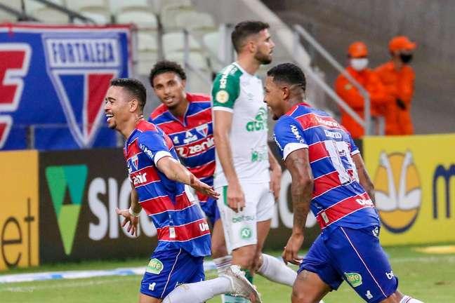 Yago Picachu (à esq.) comemora após marcar o terceiro gol do Fortaleza