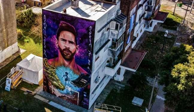 Mural em homenagem a Leo Messi em frente a escola que estudou na sua infância (Reprodução / Twitter)