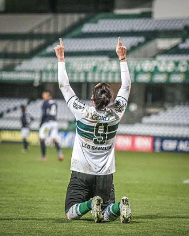Com dois gols, Léo Gamalho foi o herói da noite para o Coxa (Foto: Divulgação/Coritiba)