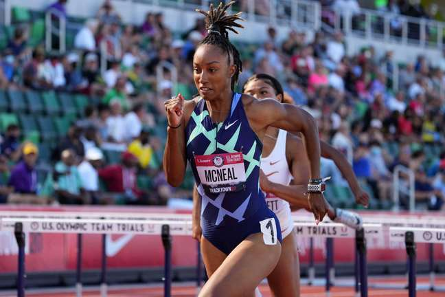 Brianna McNeal durante a seletiva olímpica dos 100m com barreiras