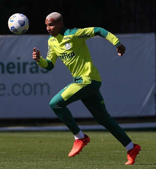 Deyverson durante o treino do Palmeiras nesta sexta-feira na Academia de Futebol