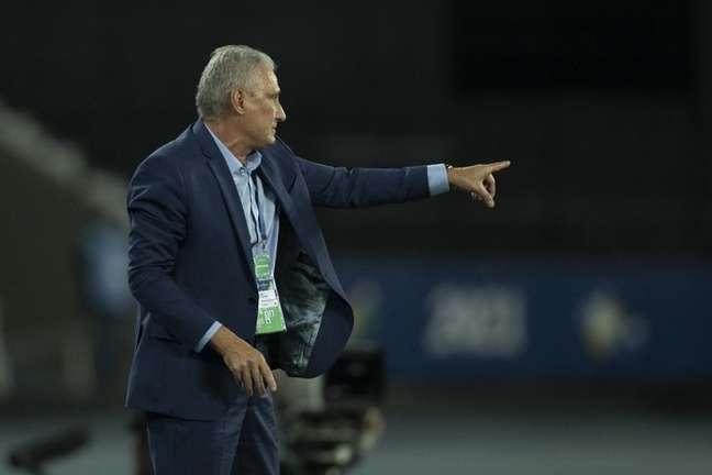 Tite voltou a criticar o gramado do Estádio Nilton Santos (Foto: Lucas Figueiredo/CBF)