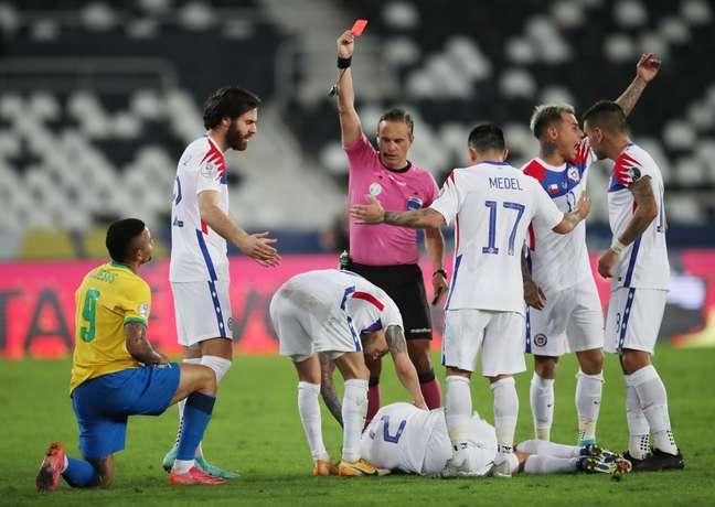 Gabriel Jesus foi expulso no duelo contra o Chile