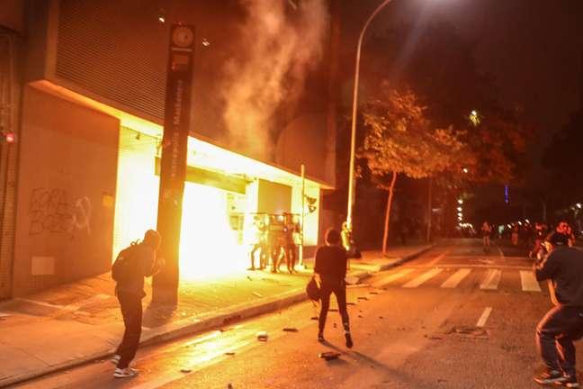 Grupo ateia fogo em agência bancária ao fim dos atos contra o governo em SP