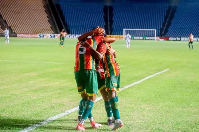 Jogadores do Sampaio Corrêa comemoram gol no primeiro tempo. (Foto: Divulgação/Sampaio Corrêa)