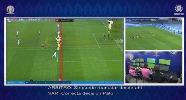 'O que toca para dentro da área está fora de jogo', afirma operador de VAR para árbitro em campo(Reprodução / Conmebol)