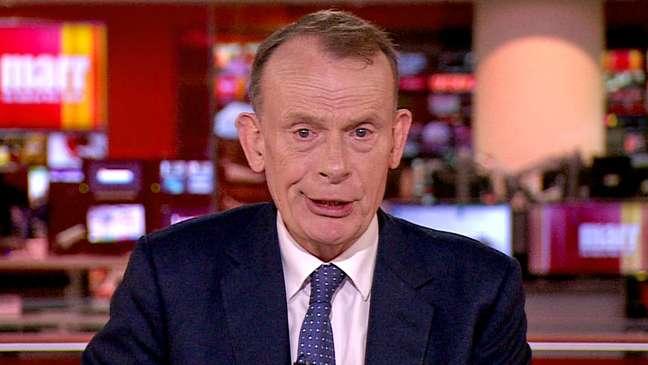 Andrew Marr, apresentador da BBC, adoeceu com covid-19, apesar de ter tomado as duas doses da vacina