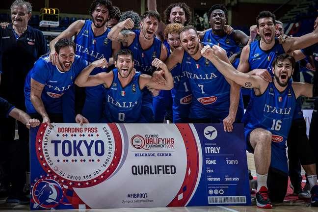 Seleção italiana de basquete comemora a vaga olímpica após superar a Sérvia na decisão em Belgrado