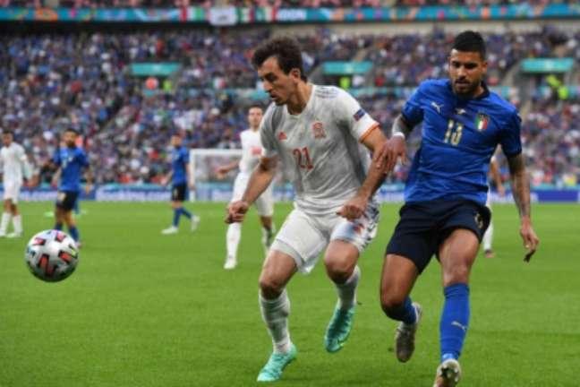 Emerson Palmieri fez grande primeiro tempo pela seleção italiana (Foto: ANDY RAIN / POOL / AFP)