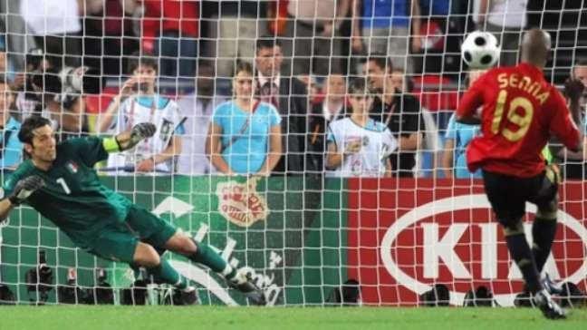 Senna fez gol na decisão por pênaltis (Foto: AFP)