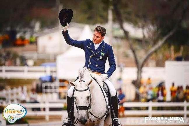 João Victor embarca com seu cavalo para disputar Olimpíada Reprodução/Instagram joaov_oliva