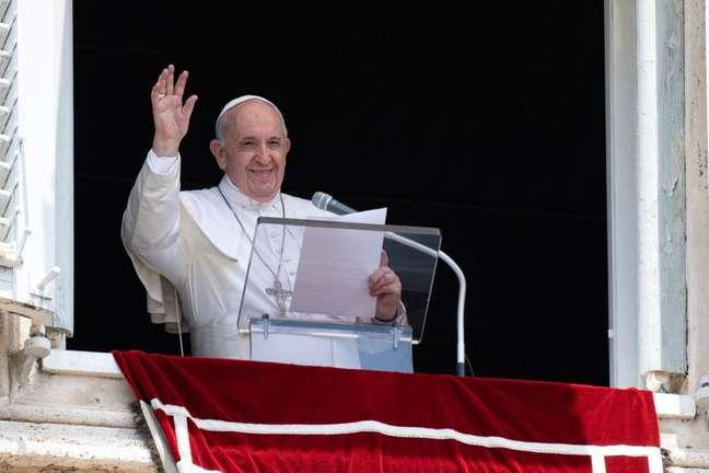 Papa Francisco acena pata fiéis no Vaticano 04/07/2021 Vatican Media/Divulgação via REUTERS