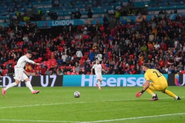 Morata deslocou bem o goleiro antes de empatar o jogo (Foto: LAURENCE GRIFFITHS / POOL / AFP)