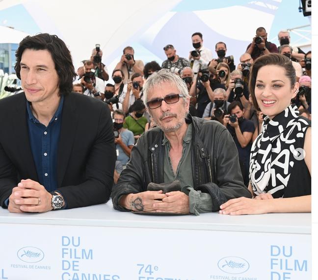 Adam Driver, o diretor Leos Carax e Marion Cotillard posam para fotos em Cannes nesta terça