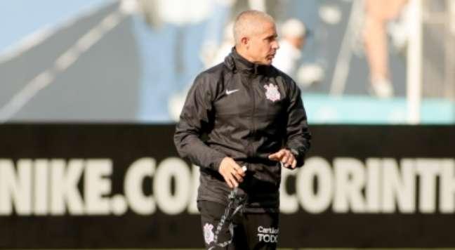 Sylvinho comanda treino do Corinthians; técnico cobra evolução ofensiva do time