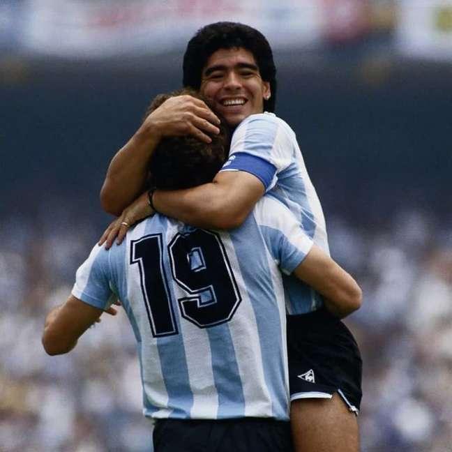 Oscar Rugerri é abraçado por Maradona em 86 Reprodução/Instagram @ruggeri86oficial