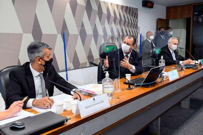Roberto FerreiraDias e o senador Omar Aziz (PSD-AM) em sessão da CPI da Covid.
