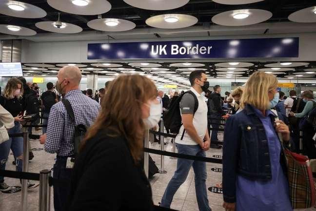 Fila de passageiros chegando no Controle de Fronteiras do Reino Unido no Terminal 5 do Aeroporto de Heathrow em Londres, Reino Unido 29/06/2021 REUTERS/Hannah Mckay/File Photo