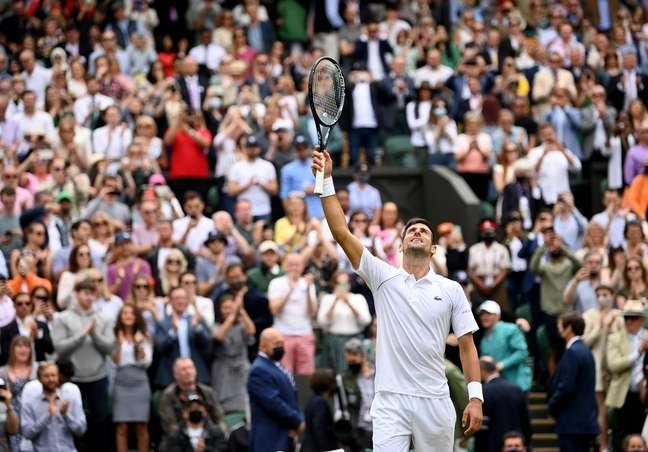 Novak Djokovic comemora após garantir classificação à semifinal em Wimbledon