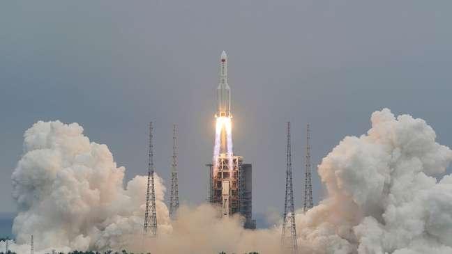 Lançamento do foguete 5B Longa Marcha, ligado a uma nova estação espacial chinesa; esse tipo de equipamento seria usado no plano hipotético de desviar um corpo celeste