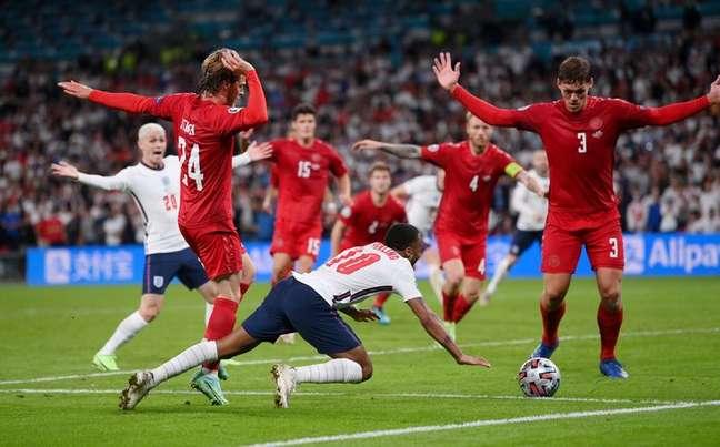 Raheem Sterling cai na área durante partida entre Inglaterra e Dinamarca pela semifinal da Eurocopa 07/07/2021 Pool via REUTERS/Laurence Griffiths