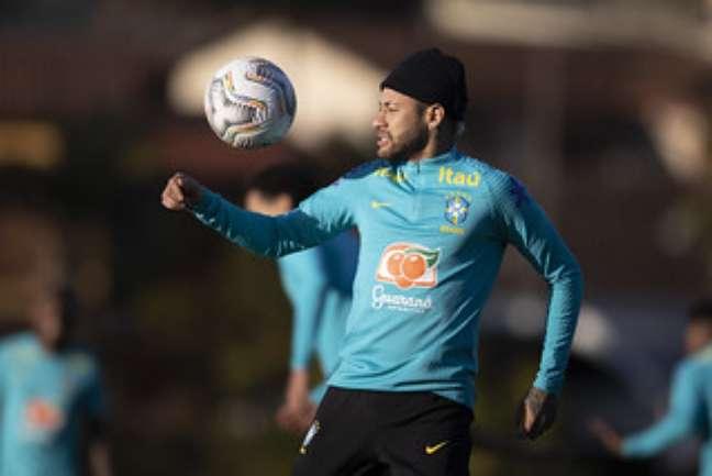 Neymar treina de gorro na Granja Comary, em Teresópolis, nesta quinta-feira Lucas Figueiredo/CBF